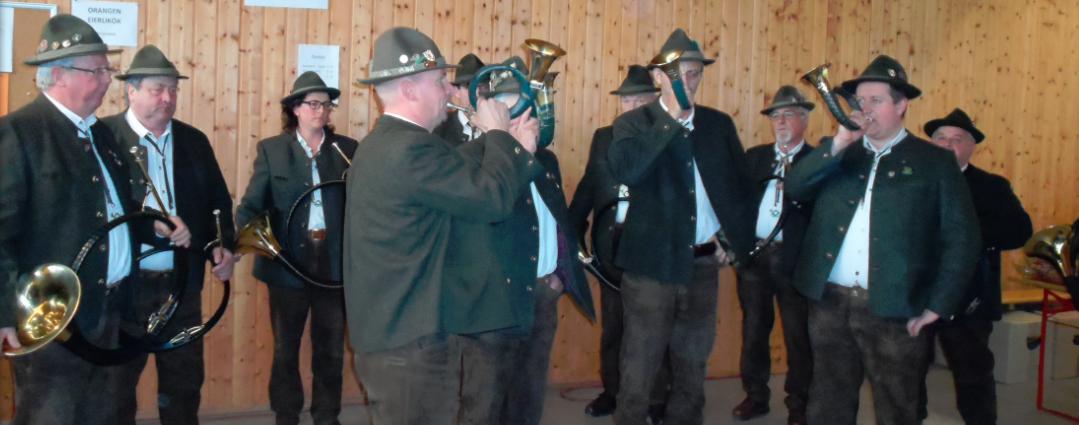 Vorstand Hubert Demmel und Dirigent  Andreas Daiber mit der Jagdhornbläsergruppe im Schützenhaus!